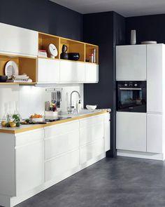 Маленькая кухня с интересным цветовым сочетанием.