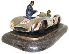 Fangio et Neubauer représentés sur ce bronze d'Esteban Serassio Plus d'infos sur News d'Anciennes : http://newsdanciennes.com/2015/02/21/morceaux-darts-du-samedi-esteban-serassio/