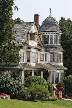 A house on Mackinac Island, Michigan Victorian Architecture, Architecture Details, Beautiful Buildings, Beautiful Homes, Victorian Style Homes, Victorian Houses, Real Haunted Houses, Villa, Gothic House