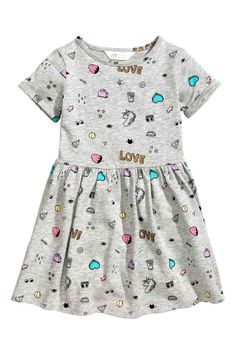 Short-sleeved dress in lightweight sweatshirt fabric with a printed design. Gathered seam at waist, circle skirt, and sewn cuffs on sleeves. Frocks For Girls, Little Girl Dresses, Girls Dresses, Fashion Design For Kids, Fashion Kids, Baby Outfits, Kids Outfits, Dress Anak, Moda Kids