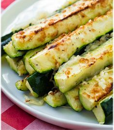 Garlic Lemon and Parmesan Oven Roasted Zucchini. to try this : ) Garlic Lemon and Parmesan Oven Roasted Zucchini. to try this : ) Source by hickmancounty Oven Roasted Zucchini, Roast Zucchini, Lemon Zucchini, Roasted Garlic, Zucchini Squash, Zucchini Bread, Zucchini Fries, How To Bake Zucchini, Zucchini In The Oven