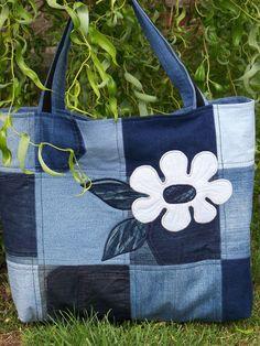 Bolso que forma cuadros con distintas telas y flor pintada