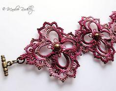 Pulsera burdeos de encaje tatted con cuentas de latón de estilo victoriano de la joyería de arte original de la fibra