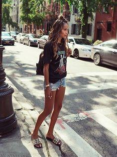 6 Calçados despojados para incorporar no look de verão. T-shirt preta estampada, short jeans desfiado, slide gucci