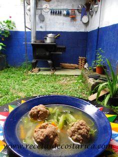 Cocina Costarricense: sopa de albóndigas en cocina de leña