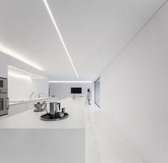 Fran Silvestre Arquitectos Design a House in a Pine Forest in Paterna, Spain Minimalist Interior, Minimalist Living, Interior Modern, Casa Kardashian, Interior Minimalista, Prefab Homes, Cuisines Design, White Houses, Ceiling Design