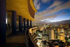 Localizado no centro de São Paulo, o Edifício Viadutos foi projetado por João Artacho Jurado na década de 1950 e tem 368 apartamentos divididos em 27 andares. A obra exibe estilo eclético e sua cobertura (na foto) oferece um visão da cidade em 360º