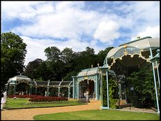 (Photo by © Pam Brophy) Ein Foto aus dem Garten der Schlossanlage Waddesdon Manor in der englischen Grafschaft Buckinghamshire. Das Schloss und die Gegend haben wesentlich als Vorlage von Fogs Creek in 'Bittersüßer Morgentau' gedient.
