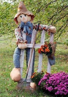 Autumn Scarecrow With Picket Fence, Garden Rake, And Colorful Mums. Scarecrows For Garden, Fall Scarecrows, Diy Garden, Garden Art, Fence Garden, Make A Scarecrow, Scarecrow Ideas, Fall Crafts, Diy And Crafts