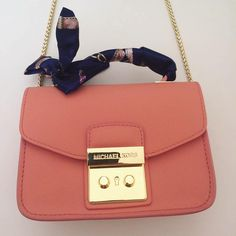 f72823b74 Meninaaaaaas, olha que linda essa bolsa lançamento Michael Kors, da  @tpmdeofertas ❤ .