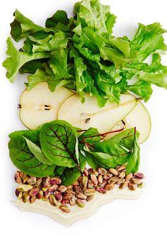 Slurps! Pilko vihersmoothieen reilusti salaattia, mehevää päärynää ja pähkinöitä.
