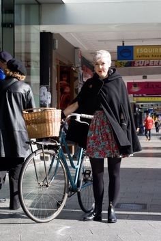 Can never get enough of capes for city cycling. | shared by velojoy.com