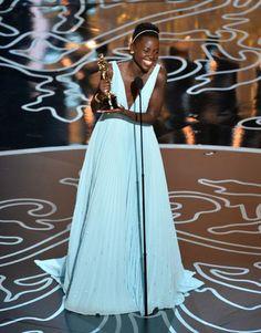 Lupita Nyong'o chora ao receber o Oscar de melhor atriz coadjuvante: 'Foi a alegria da minha vida'