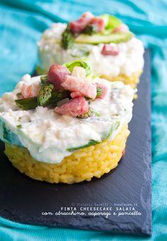 Cheesecake salata con risotto allo zafferano e pancetta croccante, coronata da stracchino allo yogurt e asparagi. Elegante e buonissima da mangiare!