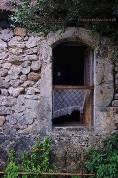 ενα παράθυρο ανοιχτό