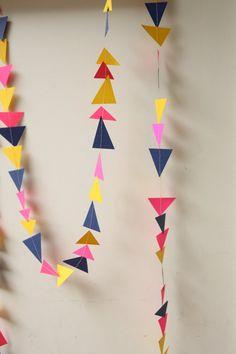 Celebrar un cumpleaños, ducha, bautizo, boda o la llegada del bebé casa desde el hospital con esta guirnalda de papel con encanto.    Colgar en una