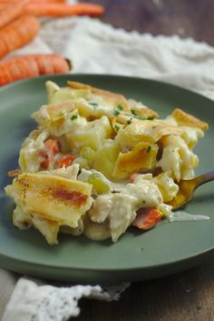 Skillet Chicken Pot Pie – Homemade chicken pot pie made right in a skillet! This meal is the perfect comfort food and it's a great way to feed a crowd! Skillet Chicken Pot Pie Recipe, Homemade Chicken Pot Pie, Chicken Recipes, Pie Recipes, Skillet Food, Skillet Meals, Easy Dinner Recipes, Great Recipes, Cast Iron Cooking