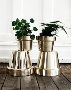 We love this combination of mirror-finish gold plant-pots with deep green foliage fromwww.artilleriet.se