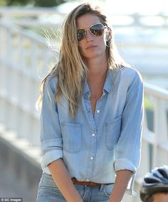 Pin for Later: 13 Times Gisele Bündchen Earned Her Place as the World's Highest-Paid Model She happens to look downright hot, even in a Canadian tuxedo. Gisele Bundchen, Gigi Hadid, Canadian Tuxedo, Classy Chic, Vintage Bridal, Skinny, Workout, Hottest Photos, Fashion 2020