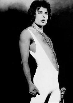Freddie Mercury rockin the singlet. I can't Freddy Mercury- rockin the singlet! John Deacon, Queen Freddie Mercury, Queen Mercury, Brian May, Hard Rock, Rock Rock, Heavy Metal, Freddie Mecury, Roger Taylor