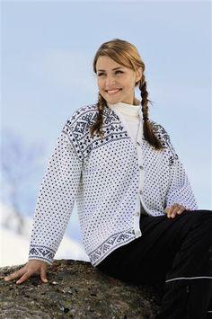 Tema Modell 32 Valdreskofte i sisu Norwegian Style, Norwegian Knitting, Fair Isle Knitting, Knit Crochet, Raincoat, Bell Sleeve Top, Sweaters, Cardigans, Lady
