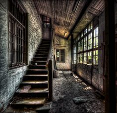 Urbex! Would love to stroll through a house like this. #creepy