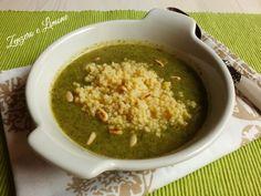 Questa crema di broccoli è un'ottima minestra che viene servita con pinoli tostati e pasta all'uovo. Una ricetta semplice, sana e genuina.
