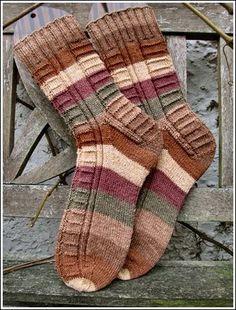 für das Grinsen im Gesicht - socken stricken - - Carola Wool Socks, Knitting Socks, Hand Knitting, Knitting Patterns, Crochet Socks Pattern, Knit Crochet, E Mc2, Baby Booties, Mittens