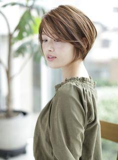 前下がりのショートスタイルです。後頭部にしっかりボリュームが出るようにカットし、前髪を長めにすることで顔周りをキレイにみせ、大人らしいシルエットに仕上げます。前髪を伸ばしかけの方にもオススメです。直毛の方は毛先のみのパーマをかけます。カラーは12-13トーンのブルーアッシュで透明感を。
