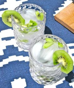 Fresh Cocktail Recipe: Kiwi Vodka Tonic The 10 Minute Happy Hour Refreshing Drinks, Fun Drinks, Yummy Drinks, Beverages, Pool Drinks, Summer Cocktails, Cocktail Drinks, Cocktail Recipes, Vodka Cocktails