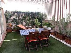 Resultado de imagen de terrazas con palets y cesped artificial Outdoor Furniture Sets, Outdoor Decor, House Roof, Small Patio, Entry Doors, Deck, Backyard, Exterior, Balcony Ideas