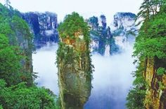 톈먼산(天門山), 장자제(중국최초의 삼림공원), 화산, 중국.   아무리 강한 자극도 반복되면 무뎌지기 마련이지만, 총 길이 7455m에 달하는 케이블카를 타고 35분 동안 이어지는 장자제의 절경은 도무지 지루할 틈이 없다. 그 옛날 고사성어인 '구절양장(九折洋腸)'이 여기서 유래됐나 싶을 정도로 산을 휘감아 올라가는 통천대로(通天大路)를 바삐 쫓다 보면, 문득 산 가운데 커다랗게 뚫린 구멍과 마주하게 된다. 마치 일부러 산에 구멍을 뚫은 듯한 천문동은 높이 131.5m, 폭 57m 천연 종유동. 곡예비행사가 비행기로 이 곳을 통과하는 이벤트를 벌이면서 더욱 유명해졌다.  해발 1300m의 천문산 중턱에 있어서 걸어 올라갈 경우 무려 999계단을 올라가야 만날 수 있는 천문동이지만, 하산할 때는 높이 335m의 세계 최대 관광용 '백룡' 엘리베이터를 타면 1분50초 만에 현실세계로 돌아올 수 있다