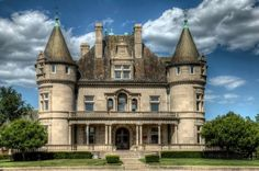 Abandoned Mansions for Sale: Hecker-Smiley Mansion - 5510 Woodward Ave. Abandoned Mansion For Sale, Abandoned Detroit, Abandoned Property, Abandoned Castles, Abandoned Places, Old Mansions, Mansions For Sale, Abandoned Mansions, Old Buildings