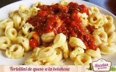 Tortellini de queso a la boloñesa -  La pasta es uno de los platos que más les encanta a los niños. Además, tiene multitud de formas y sabores para que estos se diviertan mucho más en las comidas y, también, experimenten con sabores nuevos y ricos con estos tortellinis rellenos de queso. Como toda pasta, es recomendable salsearlas ... - http://www.lasrecetascocina.com/2014/08/05/tortellini-de-queso-la-bolonesa/