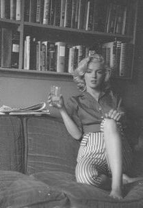 Marilyn Monroe, Schenck House sitting Photographed by Milton Greene. Young Marilyn Monroe, Marylin Monroe, Golden Age Of Hollywood, Old Hollywood, Most Beautiful Women, Beautiful People, Most Popular Image, Milton Greene, Gentlemen Prefer Blondes
