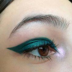 Eye Makeup Tips – How To Apply Eyeliner – Makeup Design Ideas Makeup Goals, Makeup Inspo, Makeup Art, Makeup Inspiration, Pink Makeup, Green Makeup, Makeup Ideas, 80s Makeup, Makeup 2018