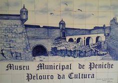 A 20 de Abril de 1609, durante o reinado de Filipe II (1578-1621) de Portugal, a povoação pesqueira de Peniche é elevada à categoria de vila, tendo sido feitos reparos nas muralhas da sua Praça-forte. Em 1934 seria prisão política de segurança máxima.  A partir de 1984 um dos pavilhões do forte passou a alojar o Museu Municipal, no qual está exposto património arqueológico, histórico e etnográfico. PRAÇA-FORTE DE PENICHE – Painel de azulejos de G. Serrenho, Museu Municipal de Peniche.