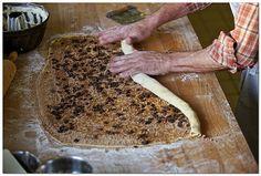 Zubereitung Kärntner Reindling Butter, Butcher Block Cutting Board, Bread, Food, Cinnamon, Bakken, Recipies, Advertising, Breads