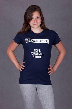 """T-shirt Abracadabra De vrouwelijke versie van de klassiker is een nauwsluitend model met verkorte mouwtjes en heeft een opdruk met de tekst: """"ABRACADABRA!, Nope. You're still a bitch"""". Blikdicht met aangenaam hoge stofdichtheid en een eersteklas verwerking."""