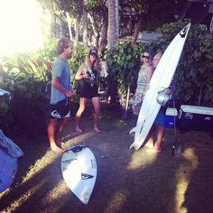 Aritz Aranburu conversa con el doble campeón del mundo de surf Thomas Carroll en la casa Quiksilver en la North Shore de Oahu, Hawaii.