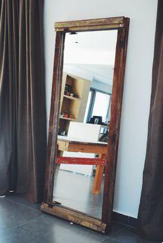 ° Portón  Marco de espejo hecho con carpinterías de una puerta reciclada.  Se conservo el color original de las maderas, los herrajes y bisagras de la puerta, con la idea de conservar los materiales en su estado original.  El espejo esta ubicado de frente al acceso de la casa, y cuando uno entra y lo ve, te genera una ampliación de ese sector.  Medidas: 2,00 x 0,90 cm Oversized Mirror, Furniture, Home Decor, Recycled Door, Wood, Frame Mirrors, So Done, Colors, Houses