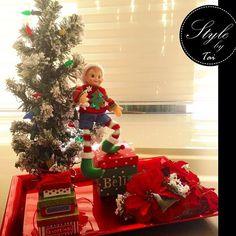 Arreglo para mesa con pino y duendecito navideño