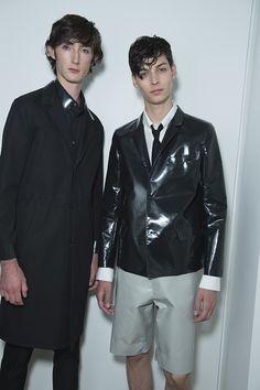 En backstage du défilé Jil Sander homme Milan, mannequins, bermuda, cuir noir, vinyle