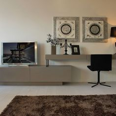 Mueble de diseño minimalista acompañado de silla negra Flat Screen, Bedrooms, Gallery Wall, Home Decor, Black Chairs, House Decorations, Furniture, Minimalist Design, Living Room