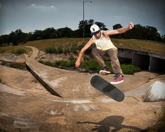 Volvemos con los trucos del deporte del Skateboard, para seguir aprendiendo y mejorando sobre nuestra tabla. Hoy traemos uno de los más clásicos y complicados, el 360 flip. Para todos los que estéis practicando este truco ya sabéis que el éxito está en darle, darle, darle y darle otra vez, y poco a poco lo que parece imposible de conseguir se transforma en que un día lo planchas, dándote cuenta de que todas esas caídas han servido para algo.. #skateboard #360 #flip #trucos #deportes…