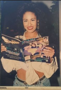 Selena reads about Miami Selena Quintanilla Perez, Selena And Chris, Selena Selena, Mundo Musical, Selena Pictures, Aaliyah, American Singers, Role Models, My Idol