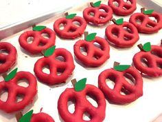 If you are looking for a yummy back to school treat to give your students, parents, coworkers or even your own kids' teachers, these apple pretzels are really easy I promise!! Back To School Party, School Parties, Back To School Gifts For Kids, Apple Activities, Preschool Snacks, Snacks Kids, Apple Theme, School Treats, Thinking Day
