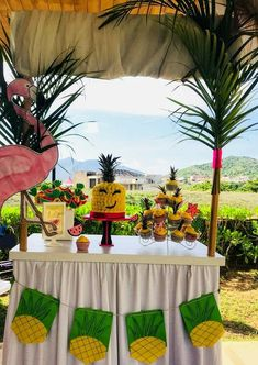 Fiesta temática tropical Tropical Party, Table Decorations, Furniture, Home Decor, Tropical Theme Parties, Decoration Home, Room Decor, Home Furnishings, Home Interior Design