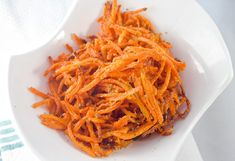 These Parmesan carrot shoestring fires are a crunchy, cheesy healthy alternative snack. Side Dish Recipes, Low Carb Recipes, Whole Food Recipes, Vegetarian Recipes, Snack Recipes, Cooking Recipes, Snacks, Healthy Recipes, Starch Free Diet