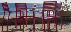Gli arredi per esterno, tavoli, sedie, sdraio e ogni altro arredo, dovranno essere in materiali robusti e resistenti alle intemperie come il ferro battuto, il vimini i molti materiali moderni.